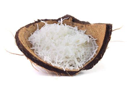 copos de coco fresco colocados en la corteza y la cáscara aisladas sobre fondo blanco. Vista frontal Foto de archivo