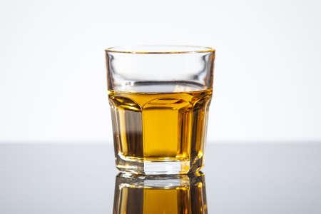 sparo: Bicchiere di whisky isolato su bianco con la riflessione Archivio Fotografico