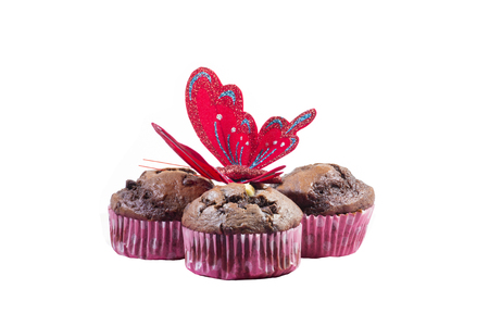 ornated: Isolati muffin al cioccolato ornato con una farfalla Archivio Fotografico