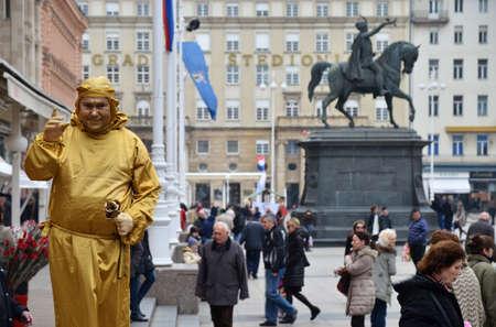 mimo: Zagreb, Croacia. Mimo en la plaza Ban Jelacic entretiene a los ciudadanos