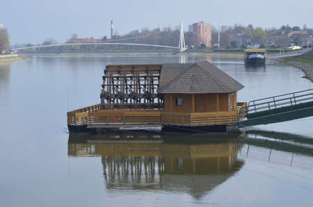 molino de agua: Molino de agua en el r�o Drava, en Osijek, Croacia
