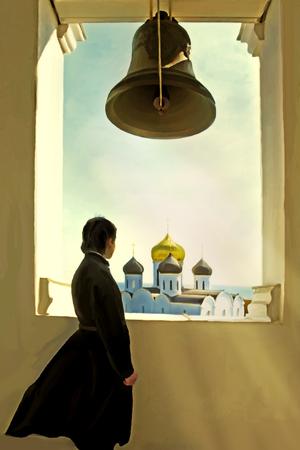 sotana: Pascua religiosa vacaciones Monk en el campanario sobre un fondo de las cúpulas de la iglesia