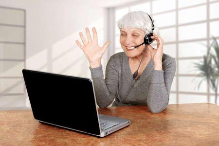 postarší žena v počítačové komunikuje, matka, babička
