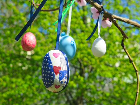 Decorative tree decorated with decorated Easter eggs. National Tadic. Christian Orthodox religious festival. Zdjęcie Seryjne - 98358662
