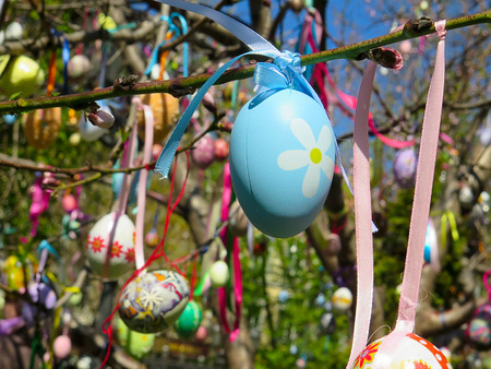 Decorative tree decorated with decorated Easter eggs. National Tadic. Christian Orthodox religious festival. Zdjęcie Seryjne - 98358664