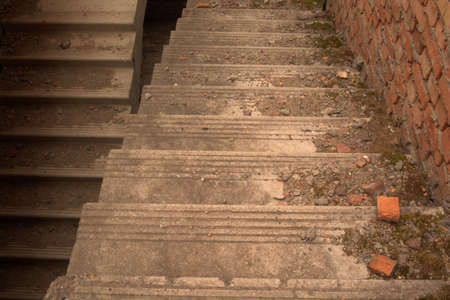 down the stairs: Cemento bajar escaleras con musgo, piezas de hormigón y ladrillos rotos.