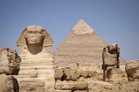 chronology: La Gran Esfinge de Giza es una estatua de un le�n recostado con cabeza humana que se encuentra en la meseta de Giza en la orilla oeste del Nilo, hoy en d�a cerca de El Cairo, en Egipto. Es la estatua m�s grande monolito en el mundo, con 73,5 m (241 pies) de largo, 6 m (2 Foto de archivo