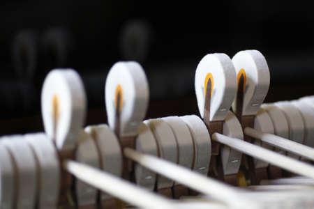 grand piano: vier H�mmern eines Steinway-Fl�gel