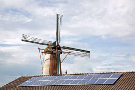 windmil と小屋の屋根上のソーラー パネル