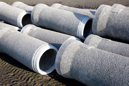 地面の下で置かれるを待っている灰色のコンクリート管 写真素材 - 17930764