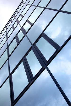 どんよりした空のオフィスビルのファサードに反映 写真素材 - 17935760