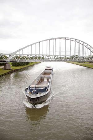 オランダの運河で空の輸送船 写真素材