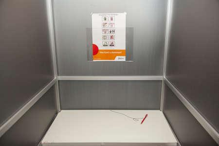 in Het aluminium stemhokje voldaan rood potlood