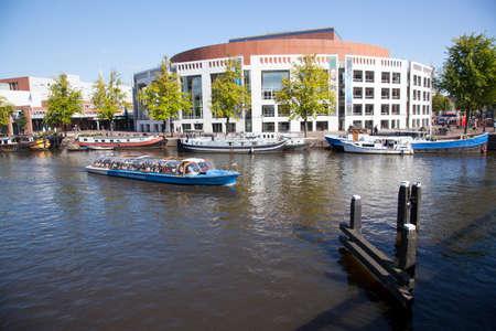 オペラ座やオランダの首都アムステルダムのアムステル川のボート
