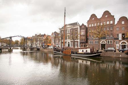 schiedam: lange haven in Schiedam met jenevermuseum en ophaalbrug