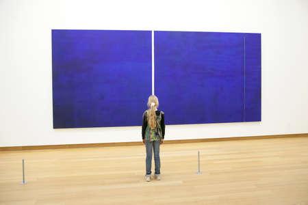 painring バーネット ・ ニューマンによって権威の前にアムステルダム市立近代美術館の少女 報道画像