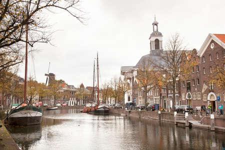 schiedam: lange haven in Schiedam met jenevermuseum en schepen
