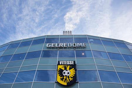 ビテッセ社のロゴとアーネムのオランダの町のサッカー スタジアムのヘルレドームのファサード