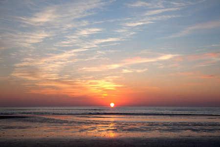 kleurrijke zonsondergang boven de Noordzee aan de Noordzee kust van Nederland Stockfoto
