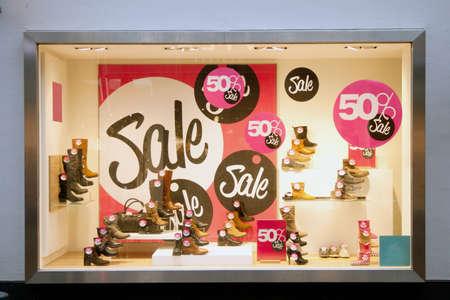 販売サインの靴屋のショップのウィンドウ 報道画像