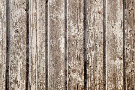 oude planken van het tuinhuisje met peeling witte verf Stockfoto