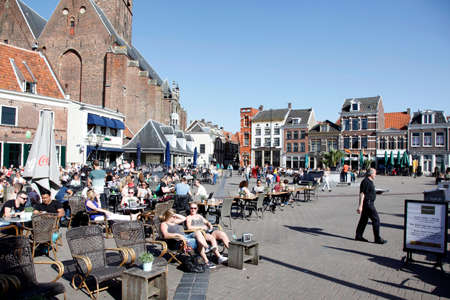 People enjoy the spring sunshine in the old city of amersfoort Redakční