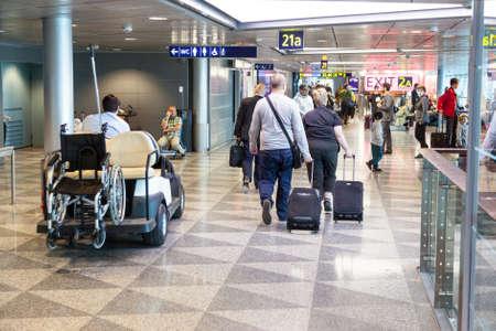 混雑した国際フィンランドのヘルシンキ ヴァンター空港