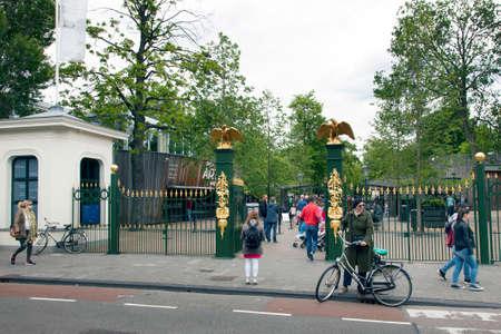 animales del zoologico: la gente en la entrada al zool�gico de Amsterdam artis Editorial