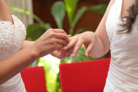 lesbienne: deux �pouses se marier �changer des anneaux en mairie Banque d'images