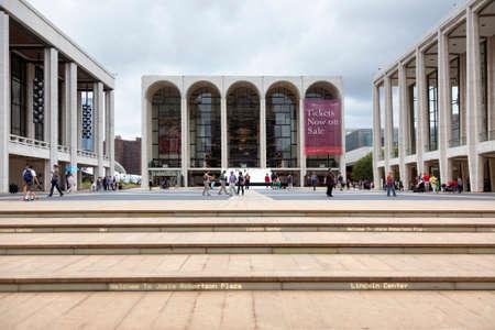de stad van New York, 12 september 2015: de mensen lopen op vierkant voor metropolitaans operahuis op het centrum van Lincoln in de stad van New York
