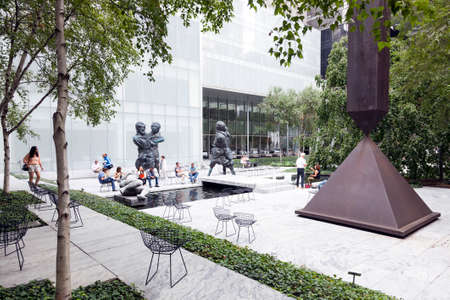 visitors sit and walk in sculpture garden of moma new york city Éditoriale