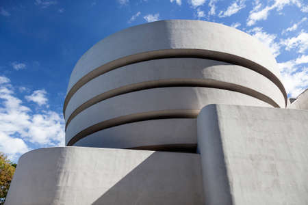 New York City, 14 september 2015: south facade of museum guggenheim in new york city on sunny day 新聞圖片