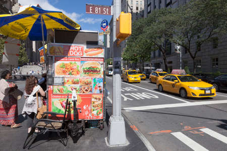 New York City, 14 september 2015: fast food and yellow cabs near metropolitan museum on fifth avenue in new york city