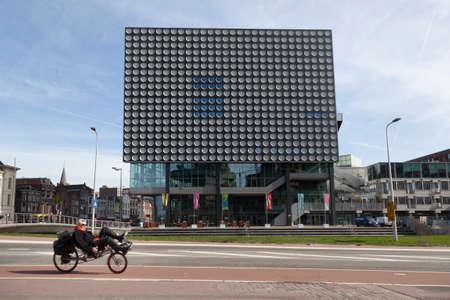 Utrecht, Nederland, 15 maart 2017: man op ligfiets voor Concertgebouw Tivoli Vredenburg in de Nederlandse stad Utrecht