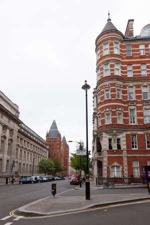 Londen, Verenigd Koninkrijk, 7 mei 2017: huizen op hoek van kensington gore en prins gemaal weg met koninklijke college van muziek op de achtergrond