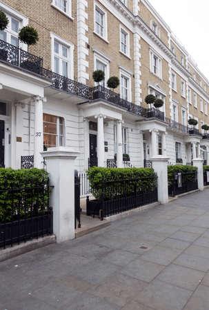 Londen, het Verenigd Koninkrijk, 7 mei 2017: huizen met witte kolommen op thurloe straat in Londen Kensington Redactioneel
