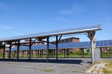 Zonnepanelen op dak van autoparkeren bij watercampus Leeuwarden in Nederland onder blauwe hemel