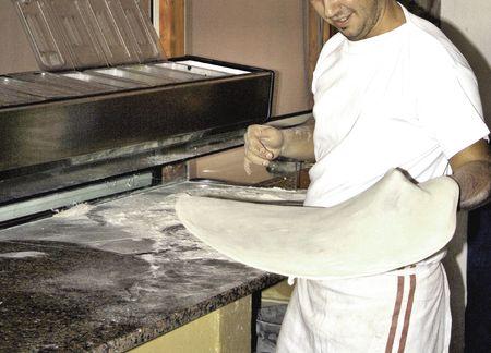 pizzaiolo preparant la pate � pizza