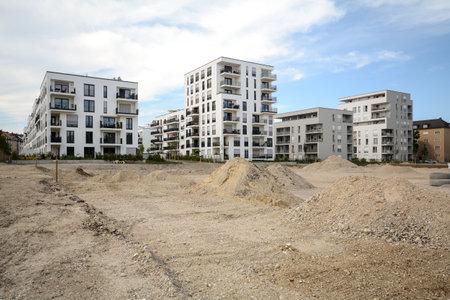I lavori di costruzione - Abitazioni moderne in città Archivio Fotografico - 43862122