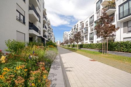 Le logement moderne dans la ville Banque d'images - 43862127
