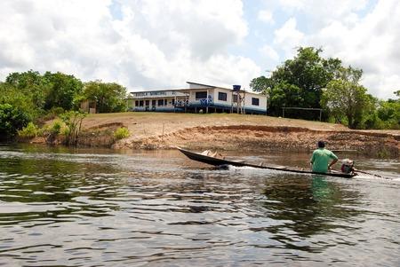 rio amazonas: La selva amaz�nica: Expedici�n en barco por el r�o Amazonas cerca de Manaus, Brasil Am�rica del Sur