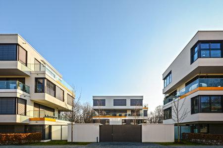 Moderne woningen in de stad - de stedelijke woongebouwen Redactioneel