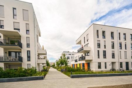 Moderne Wohngebäude mit Außenanlagen, Fassade des neuen Niedrigenergiehäuser