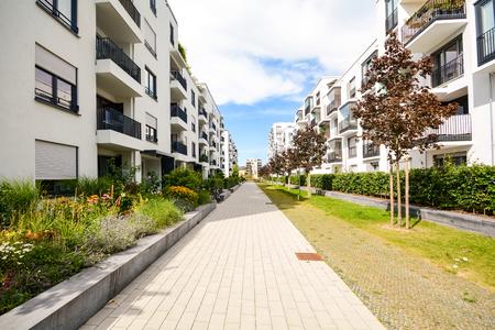 Modernos edificios de viviendas con instalaciones al aire libre, la fachada de las nuevas casas de bajo consumo energético Foto de archivo