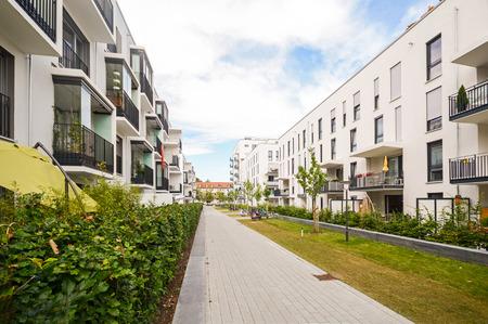 屋外設備、新しい集合住宅のファサードを持つモダンな住宅