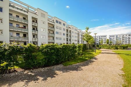 Immeuble de rapport dans la ville - Façade de nouvelles maisons d'habitation modernes avec la norme basse énergie Banque d'images