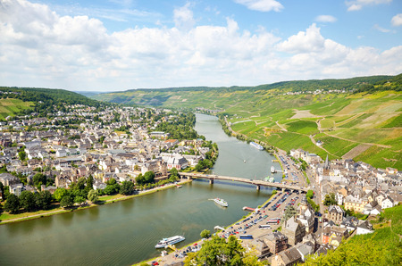Vallée de la Moselle, Allemagne: vue depuis le château de Landshut jusqu'à la vieille ville de Bernkastel-Kues avec ses vignobles et la Moselle en été, Europe