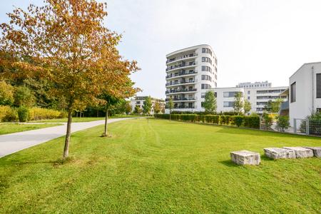 도시의 녹색 주거 지역에있는 현대 아파트 건물 스톡 콘텐츠