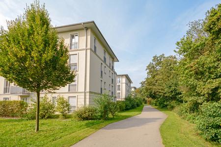 moderne Wohngebäude in einem grünen Wohngebiet in der Stadt Standard-Bild