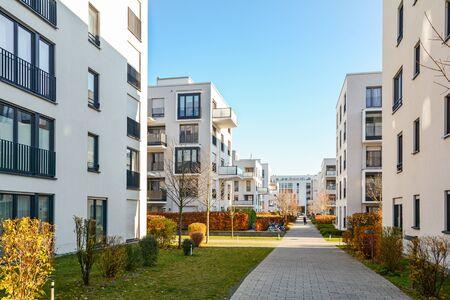 Moderne appartementsgebouwen in een groene woonwijk in de stad